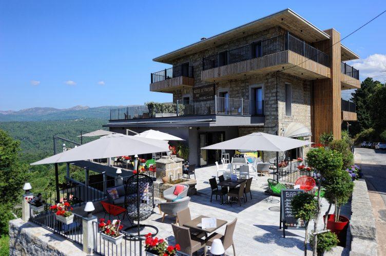 vue extérieur hotel du tourisme à Zonza